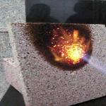新型防火材料真金板-酚醛保温板遇火不燃,燃烧性能最高达A级,最高 使用温度为180℃(允许瞬时250℃),100 mm厚的酚醛泡沫抗火焰能力可达1 小时以上而不被穿透。