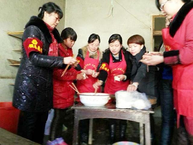 春节为孤老包饺子