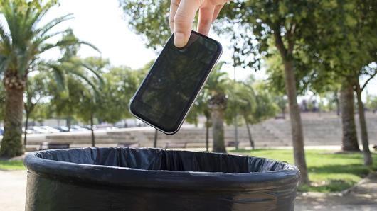 美股讯 北京时间9日晚CNBC称,一项新的消费者调查显示,智能手机可能在五年内被淘汰。