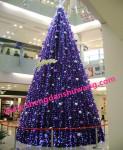购物中心里的大型框架圣诞树