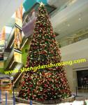 商场里的大型框架圣诞树