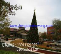 别墅区里的大型钢结构框架圣诞树
